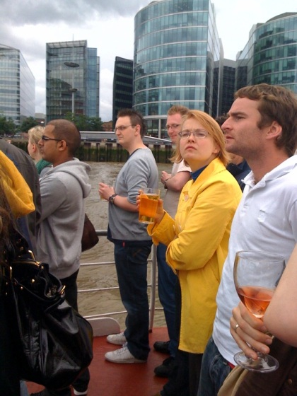 meine lieben Arbeitskollegen beim Boatstrip - etwas skeptisch obs doch noch Regen gibt...