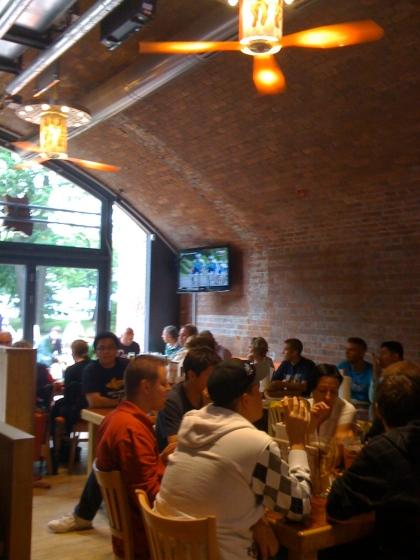 Das neue Hooters-Restaurant in Berlin bietet eine perfekte Mischung aus Rusikalem und High-Tech