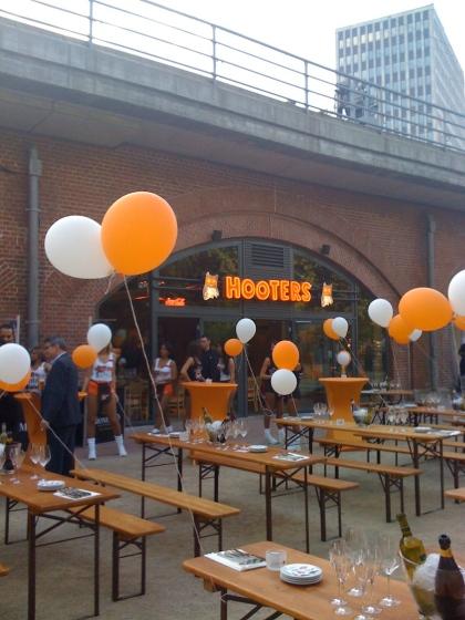 Hooters Berlin - vor der Eröffnung - die Crew ist bereit für den Ansturm der Partygäste