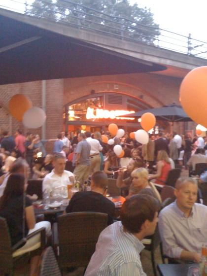 Party-Gäste bei der Hooters-Eröffnung in Berlin