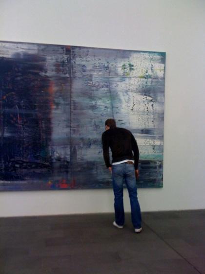 Micha inspiziert eine abstrakte Arbeit von Gerhard Richter