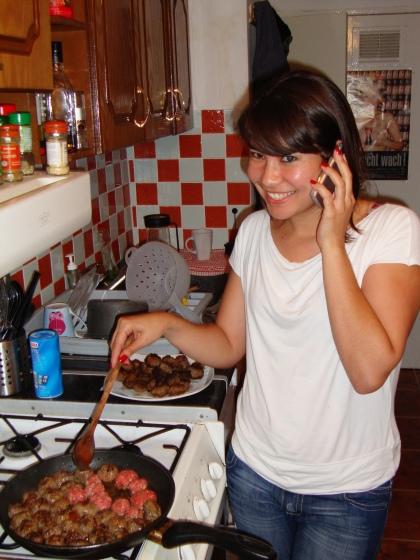 Julia aus Salvador, unser neues Flat mate, hilft mir beim Frikadellen braten.