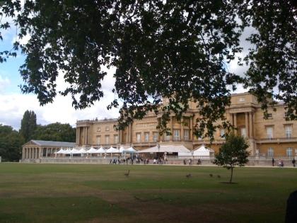 Im Garten mit Blick auf die Terasse des Buckingham Palace