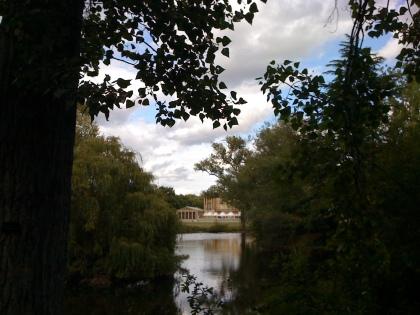 Der Garten der Queen gleicht mehr einem kleinen Park mit Bänken und See